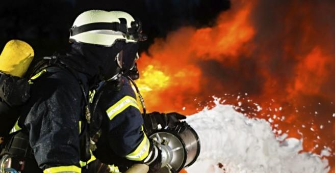 Огнен ужас! Джип изгоря като факла в Гоце Делчев, огънят достигна още 2 коли
