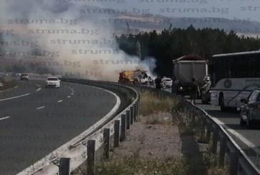 """ТИР пламна в движение на магистрала """"Струма"""" (СНИМКИ и ВИДЕО)"""