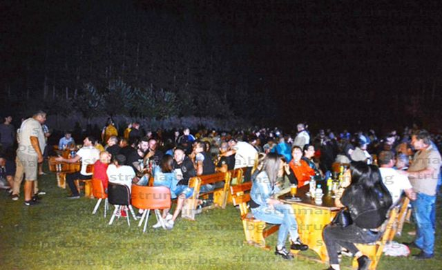 Гастарбайтери от Крупник събраха цяло село, близки и приятели на стадиона на първо ретро парти, амбицирани са догодина да повторят