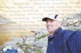Съдебният охранител Павел Тодоров се любува на Пирин с фотоапарат в ръка