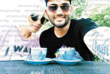 Благоевградският китарист Станислав Кайчев празнува рожден ден в хард рок кафене в САЩ с приятелката си Цветомира Съботинова