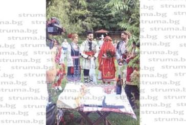 """Ексфутболист на """"Бела"""" и шампионка по мотокрос се ожениха в планината Беласица на петричка сватба с народни носии"""