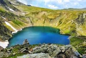 Мъж се изкъпа по бански в едно от Седемте рилски езера