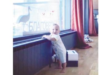 """ПЪРВИ СТЪПКИ! 7-месечният син на пернишката """"Мис България"""" А. Петрова проходи"""