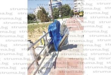 Асансьорите и платформата за колички на обновения с над 6 млн. лв. площад на Благоевград не работят 5 месеца след официалното откриване, цветарниците в подплощадното пространство буренясват