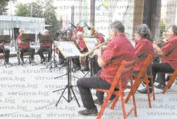 Духовият оркестър в Кюстендил разведрява гражданите в летните жеги с маршове и класически изпълнения