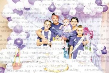 Семейство Иванови от Симитли отпразнува първи рожден ден на дъщеричката Даниела, принцесата смени две рокли на тържеството