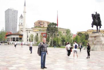 Перничанинът В. Дрехарски: С форда, с 1740 лв. в джоба, за 12 дни с приятелката ми Веселка обиколихме Албания от север на юг