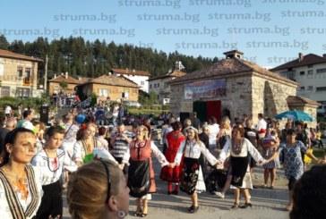 250 самодейци се надиграваха на фестивал в Баня, точиха баници, правиха кускус и траан, удостоиха със специална награда най-малкия участник, 9-месечната Михаела