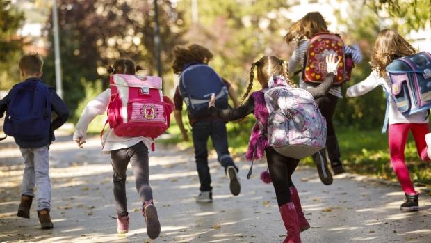 Хаос в училищата, децата  останаха без мляко и плодове