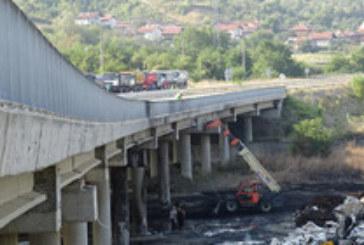 """Възстановяването на горелия мост на АМ """"Струма"""" приключва до 4 месеца"""