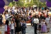 Пакостникът Денис Белята сюрпризира първокласниците на учителката Щ. Вучева, съветва ги да са послушни и да спазват правилата в училище