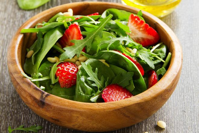 Свежа салата с ягоди, рукола и ядки