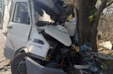 Бус се заби в дърво, пожарникари вадиха шофьора