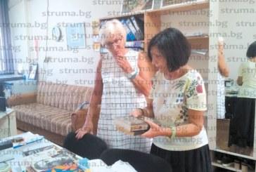Специалистът по български език и литература Л. Димитрова дари ценни книги от собствената си колекция на Регионалната библиотека