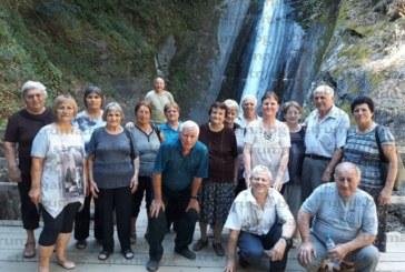 Бодрите пенсионери от Струмяни обходиха Беласица от северномакедонската й страна, опитаха бирата в Ново село