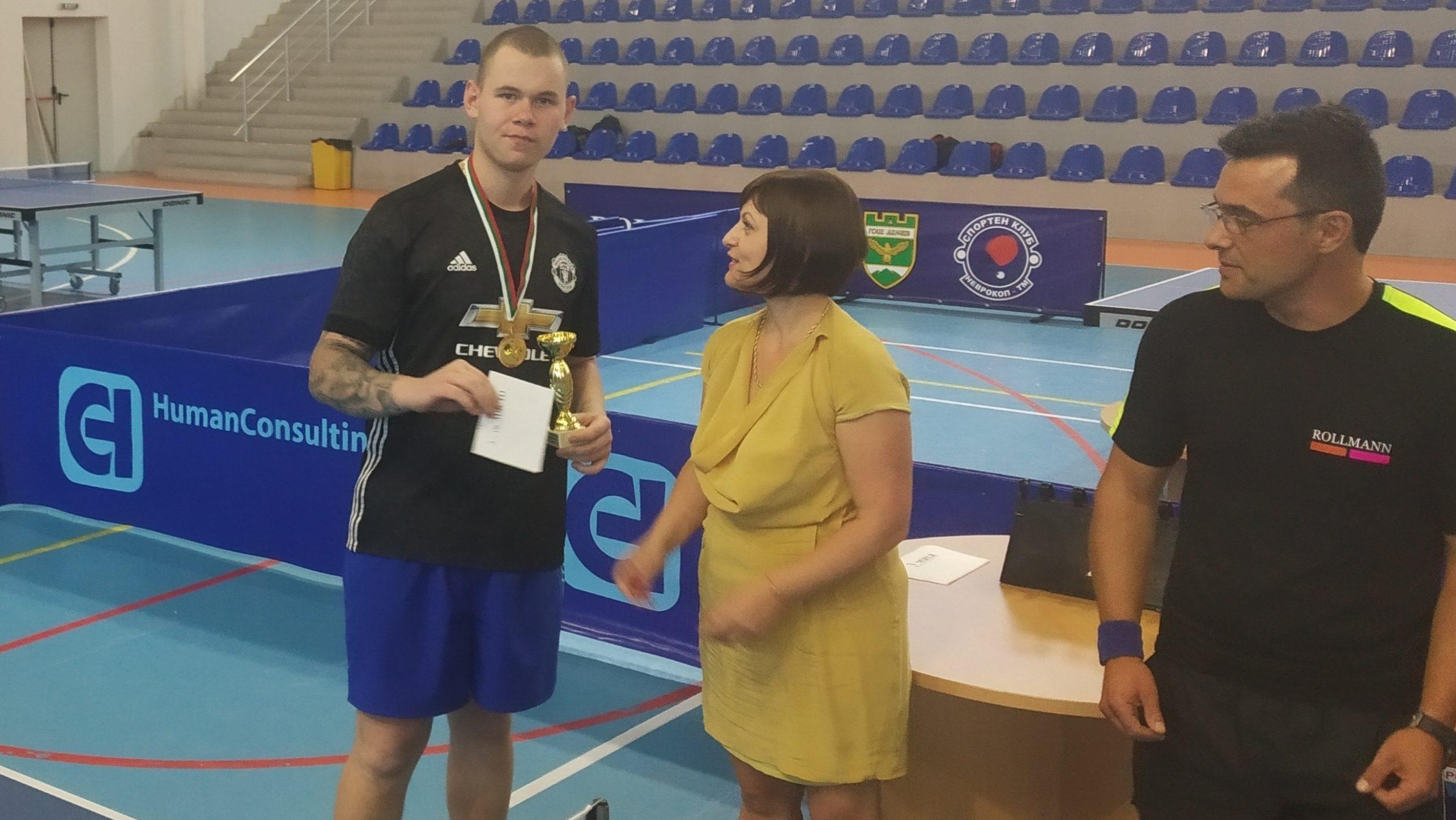 Гимназист с бронза на турнира по тенис на маса в Г. Делчев, клубният шеф Ил. Терзиев падна стратегически