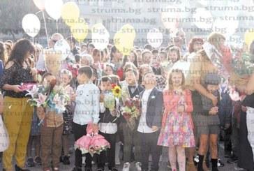 С ново име най-голямото училище в община Дупница отвори врати,  родители дариха парите за цветя за болен баща