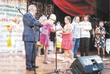 """Четирима призьори отличиха на феста """"Пей, сърце"""" в Кюстендил, участниците надхвърлиха 2000"""