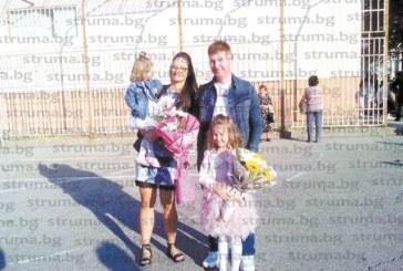 Пожарникарят Иван Логодашки и половинката му Адриана изпратиха по-голямата си дъщеря Антония на първия й учебен ден