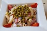 Салата с паста, домати, маслини и грах