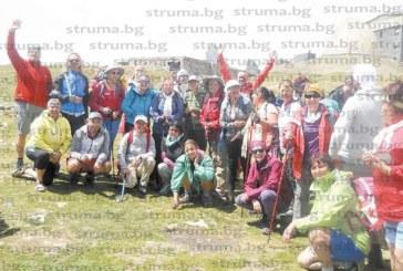"""60 туристи от Кюстендил направиха екстремен тур из Стара планина, хижарката в """"Узана"""" ги посрещна с питка за здраве"""