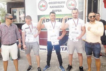 Здравеняци от Благоевград и Банско доминират на първия оупън по канадска борба в разложкото село Баня