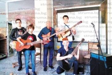 В. Миленков и учениците му по китара зарадваха жителите на град Рила с рок вариант на популярна родопска песен