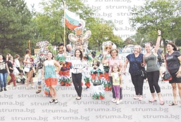 Перничани в кукерски костюми дефилираха на парада в Елк Гроув, Чикаго