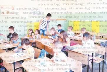 Учителите от благоевградското IX ОУ запретнаха ръкави и сами боядисаха класните стаи и коридорите