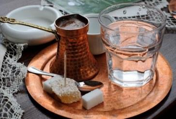 Защо в Турция кафето винаги се сервира с чаша вода