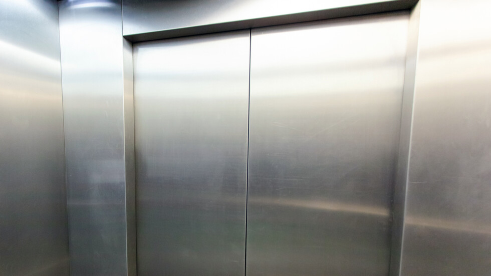 Майка и бебе заседнаха в асансьор на надлез