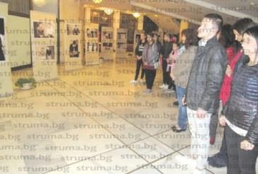 """Ученици на Неврокопската гимназия зарадваха съгражданите си с арт поздрав – авторска изложба """"Корени и гранки"""""""