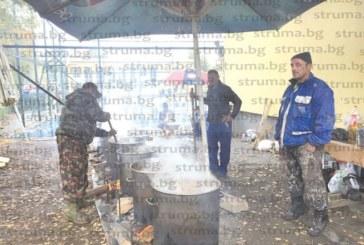 Грамаждани с чадъри се наредиха пред девет казана курбан за здраве, заради изборите не им разрешили да го направят на Димитровден
