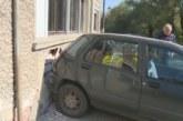 Инцидент в Бистрица! Шофьор се заби в къща след удар с друг автомобил