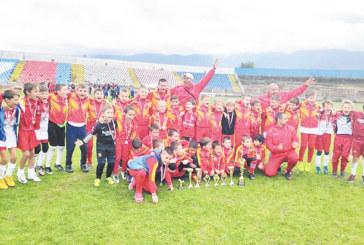 """""""Хлапетата"""" от Благоевград триумфират в Дупница, сърби отказаха да играят срещу тях на финала"""