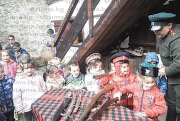 Директорът на РИМ – Благоевград  впечатли разложки ученици  със сабя, пленена от прадядо му  в боевете при Чаталджа