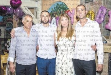 Бивша управителка на благоевградски хотел зарадвана от съпруга си и двамата им синове с лека кола за 50-г. юбилей