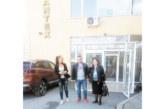 """Кандидат-кметът на Благоевград Албина Анева спечели сърцата на работещите в най-голямата шивалня с обещанието да ги избави от калта на ул. """"Промишлена"""""""