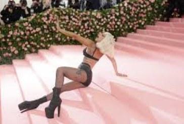 ШОК! Лейди Гага падна от сцената в Лас Вегас
