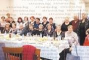 """26 бивши хористки от завод """"Марек"""" се срещнаха 30 г. след раздялата, бившият зам. партиен секретар М. Атанасова почерпи за правнуче"""