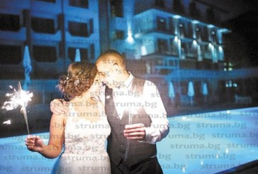 """След любов, пламнала от пръв поглед, чаровната дупничанка П. Лазарова и благоевградчанинът Хр. Широкански си казаха """"да"""" пред 150 гости"""