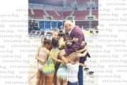 """Със сърдечна прегръдка гимнастички от СКХГ """"Виктория"""" посрещнаха в Перник министъра на младежта и спорта Красен Кралев"""