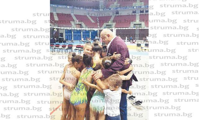 Със сърдечна прегръдка гимнастички от СКХГ