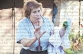 Дариха с кошуля и медал на община Симитли баба Катя Лулейска за 75-ия й рожден ден