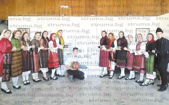 """Ученици от СУ """"Братя Каназиреви"""" се включиха в инициатива за представяне на традиционни женски и мъжки облекла от Разлог и региона"""