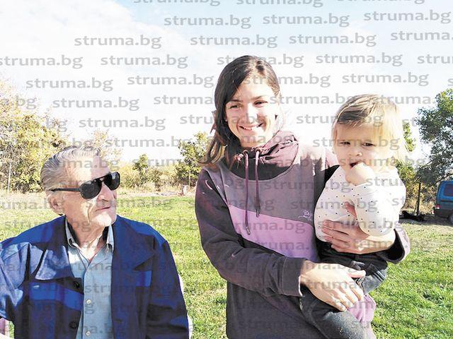 Обезлюдяващото Горно Лешко празнува първия рожден ден на най-малкия си жител Йоана, преди нея за последно в селото се ражда преди 34 г. дъщерята на кметицата Галя Велкова