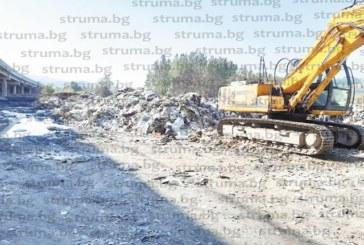 """Ще изследват за отравяне почвата под изгорелия боклук на АМ """"Струма"""" край Дупница"""
