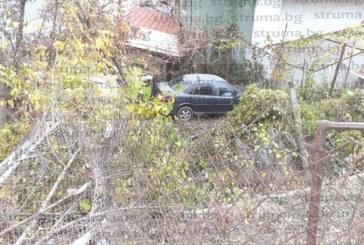 """ЗРЕЛИЩНА КАСКАДА СЛЕД ГОНКА! """"Опел"""" прелетя 8 метра, събори бетонна ограда и се приземи в двора на треньора по борба К. Нягулов, шофьорът избяга"""