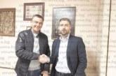 Живко Чукарски пръв поздрави приятеля си Крум Крумов, който сяда в стола му на кмет на с. Рилци